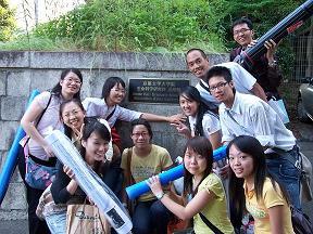 台大同學於論文壁報發表前,合影與京都大學知武館前